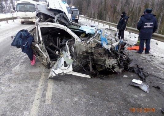 Водитель не пережил столкновение с двумя грузовиками в Иркутской области, фото-1