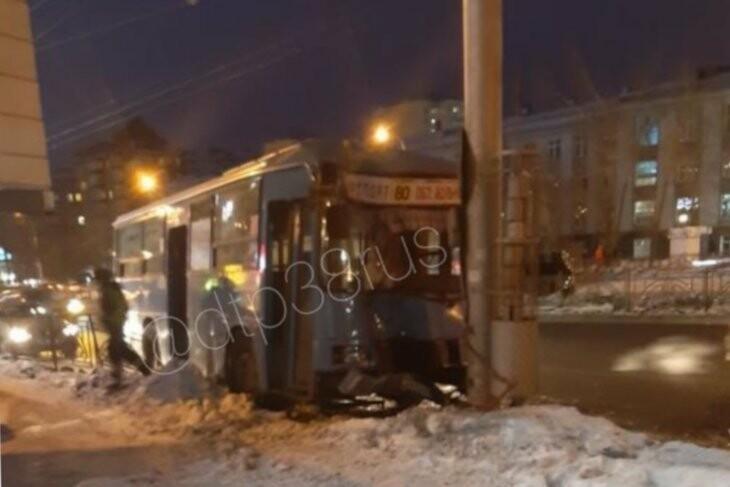 Автобус въехал в столб